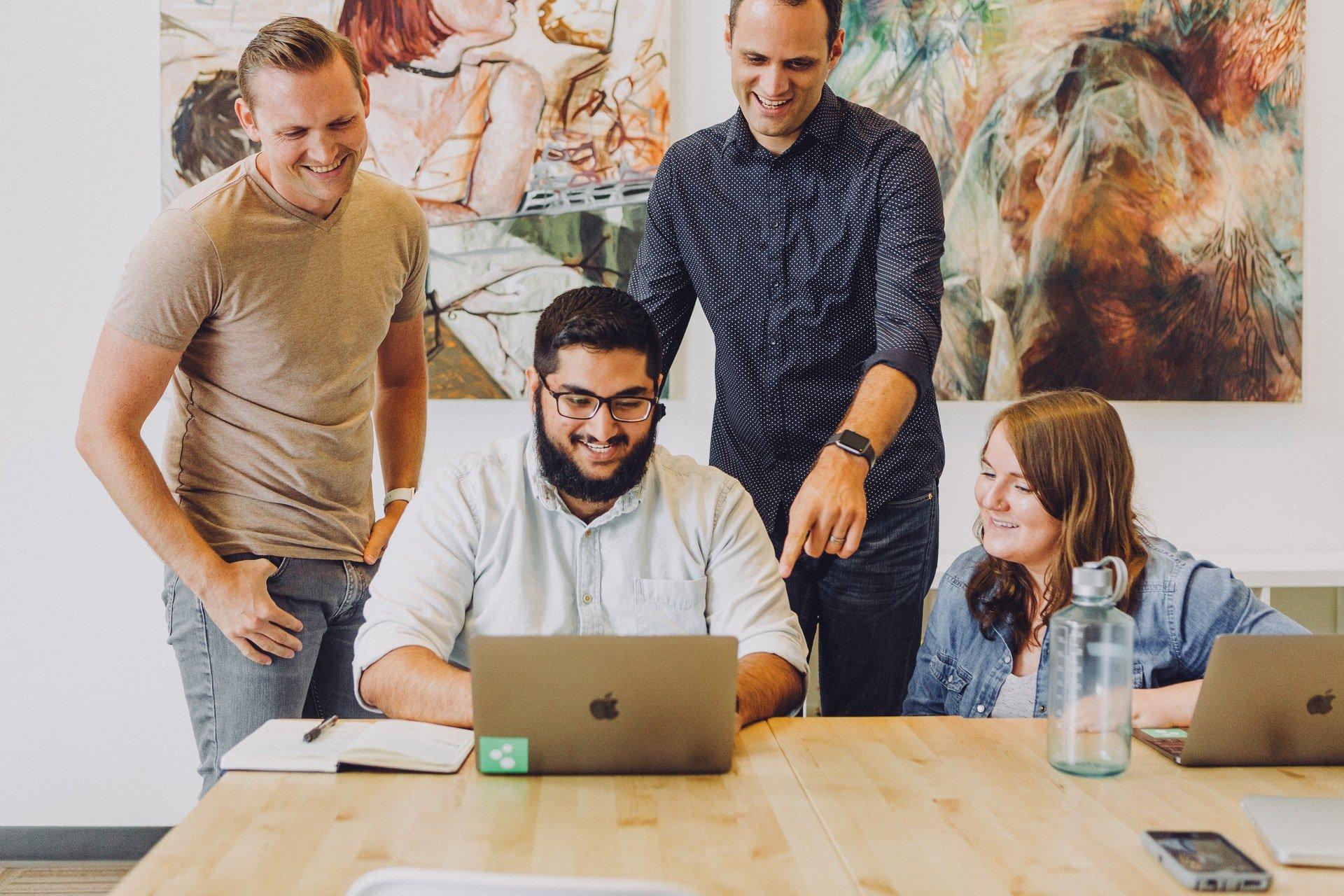 銷售團隊在辦公室里抱團合作 高畫質圖片